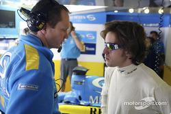 Fernando Alonso parle avec l'ingénieur Paul Monaghan