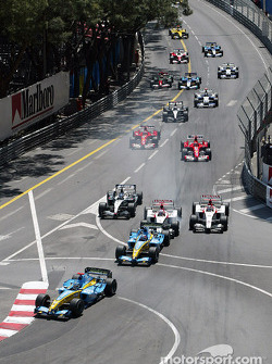Start: Jarno Trulli takes the lead ahead of Fernando Alonso