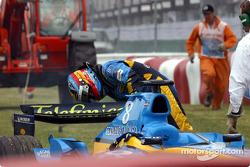 Fernando Alonso revisa su coche