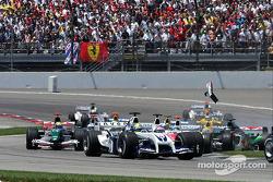 Inicio: Christian Klien choca con Felipe Massa