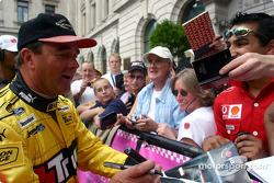 Nigel Mansell firmando autógrafos