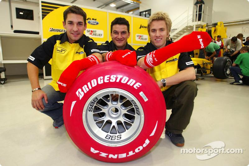 Timo Glock, Giorgio Pantano et Nick Heidfeld changent un pneu Bridgestone rouge et portent une chaussette rouge en aide à Sport Relief