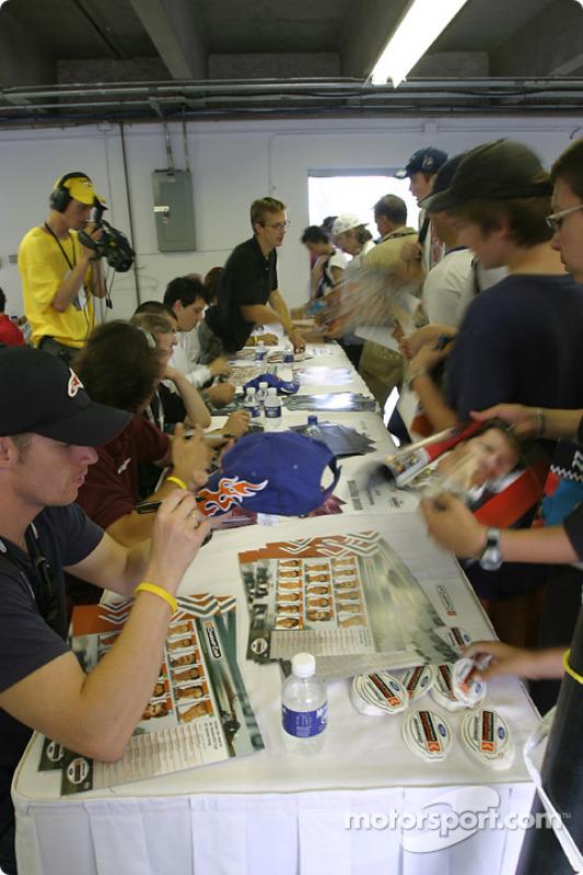 Séance d'autographes : les fans rencontrent leurs pilotes favoris