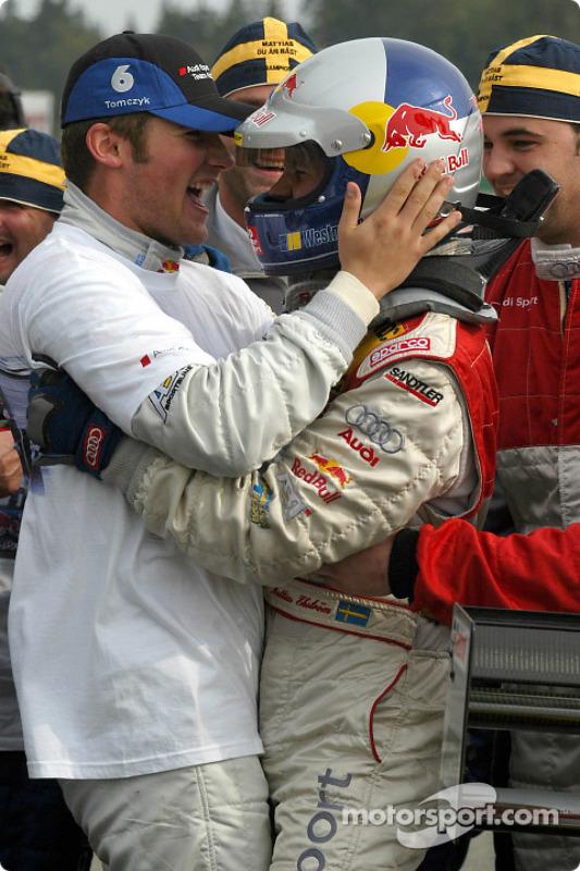DTM-Champion Mattias Ekström feiert mit Martin Tomczyk