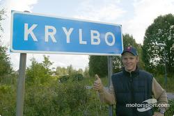 Mattias Ekström am Ortsschild seiner Heimat