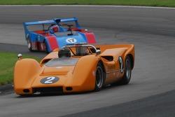 #2-  McLaren M6B de Robert Ryan change de position avec #17- James