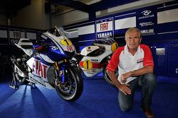 Джакомо Агостини позирует с мотоциклом 1975 года, выигравшим чемпионат, Yamaha OW23 и специальным мотоциклом Yamaha M1