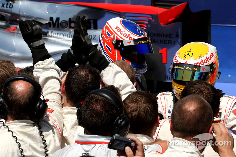 2de plaats Lewis Hamilton, McLaren Mercedes en 3de Jenson Button, McLaren Mercedes