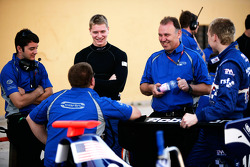 Josef Newgarden talks to the Carlin team and Dean Smith