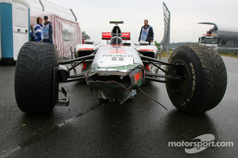 Beschadigde neus nadat Lewis Hamilton, McLaren Mercedes crashte