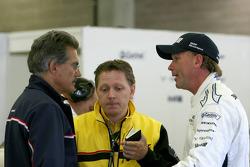 Mario Theissen, baas van Motorsport BMW, praat met Uwe Alzen