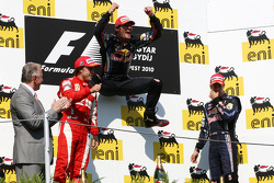 Podio: ganador de la carrera Mark Webber, Red Bull Racing, segundo lugar de Fernando Alonso, Scuderi