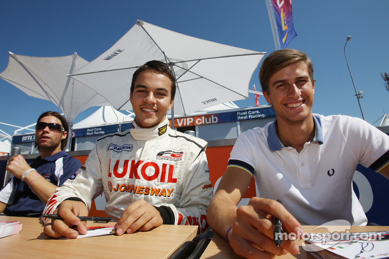 Sergey Afanasiev en Nicola de Marco bij de handtekeningsessie