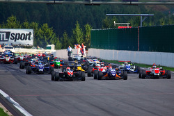 Lucas Foresti leads from pole on hectic start