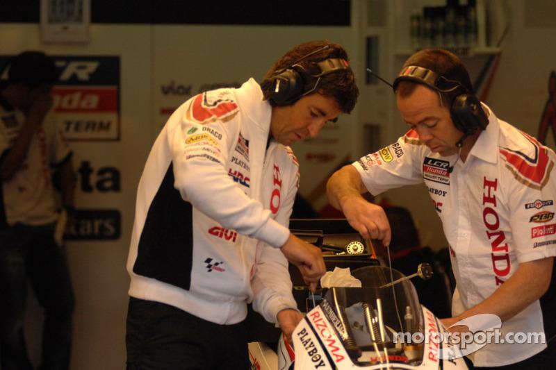 Les membres de LCR Honda MotoGP au travail