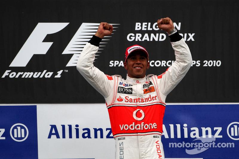 Hamilton comemora vitória na Bélgica em 2010