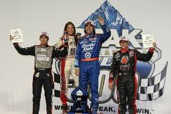 Victory lane: race winnaar Dario Franchitti, Target Chip Ganassi Racing, 2de Dan Wheldon, Panther Racing, 3de Marco Andretti, Andretti Autosport
