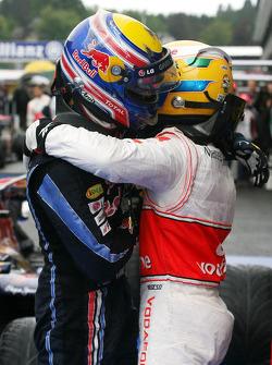 Le vainqueur Lewis Hamilton, McLaren Mercedes, devant le second Mark Webber, Red Bull Racing