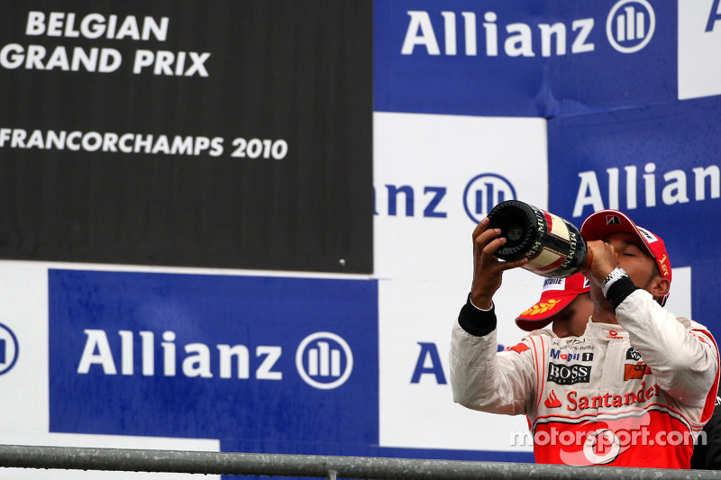 Podium: race winnaar Lewis Hamilton