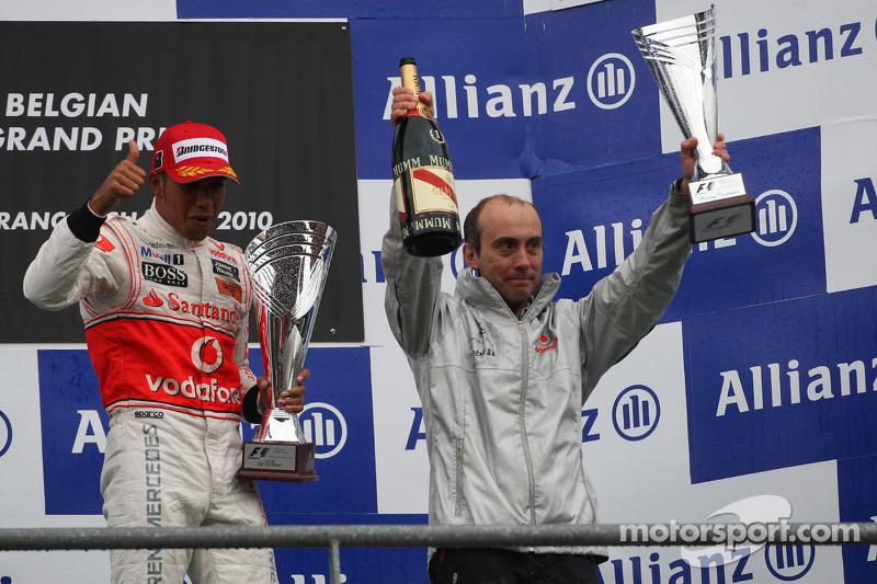 Podium: race winnaar Lewis Hamilton