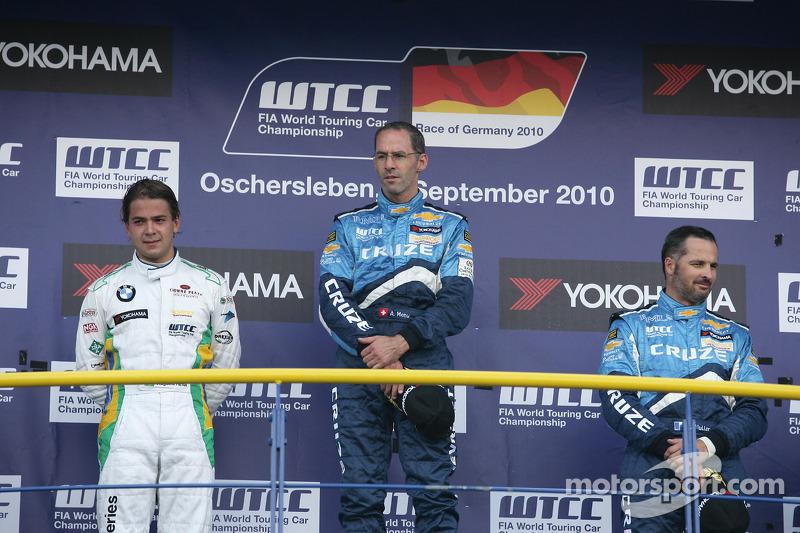 Podium: 2de Augusto Farfus BMW Team RBM BMW 320si, 1ste Alain Menu Chevrolet, Chevrolet Cruze LT, 3de Yvan Muller Chevrolet, Chevrolet Cruze LT