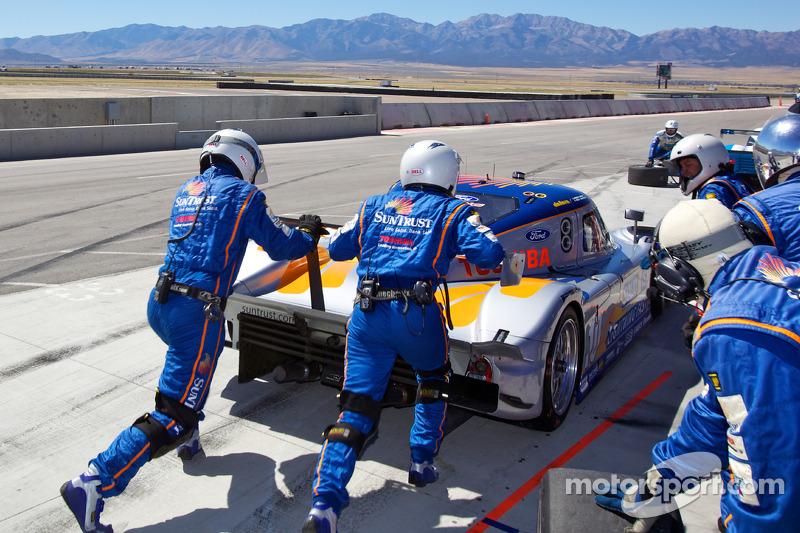 Pitstop #10 SunTrust Racing Ford Dallara: Max Angelelli, Ricky Taylor, crew met stilgevallen #10