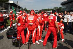 Des mécaniciens Ferrari sur la grille