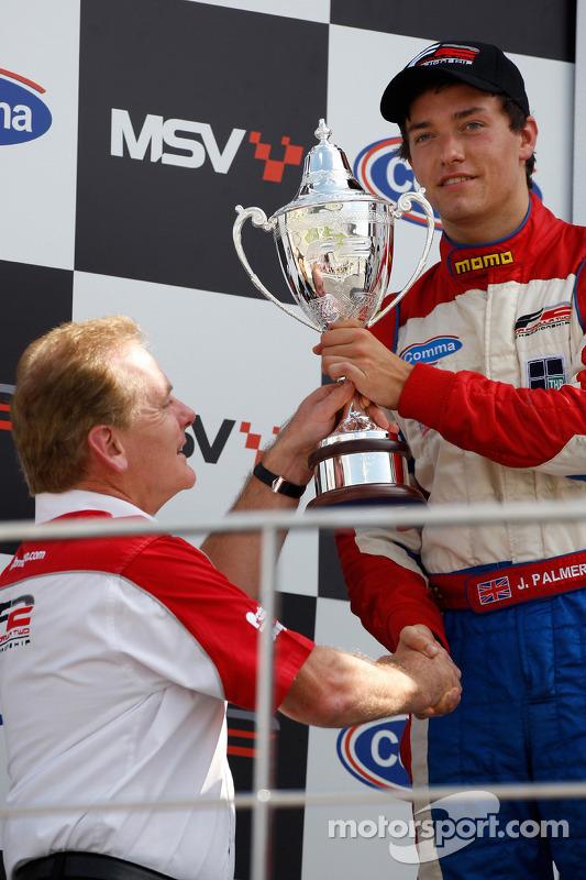 Jonathan Palmer, CEO MotorSport Vision, overhandigt zijn zoon Jolyon Palmer zijn trofee voor de tweede plaats in het kampioenschap