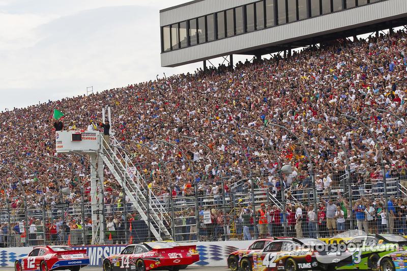 Start: Brad Keselowski, Penske Racing Dodge voor Clint Bowyer, Richard Childress Racing Chevrolet