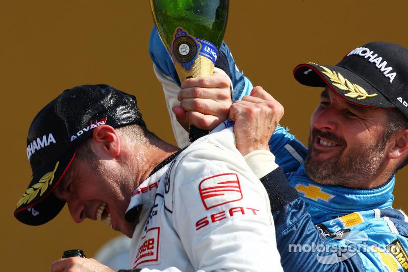 Podium, Tiago Monteiro, SR-Sport, Seat Leon 2.0 TDI en Yvan Muller, Chevrolet, Chevrolet Cruze LT