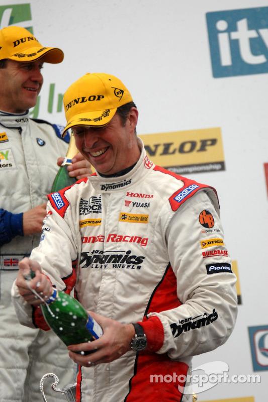 Matt Neal met champagne