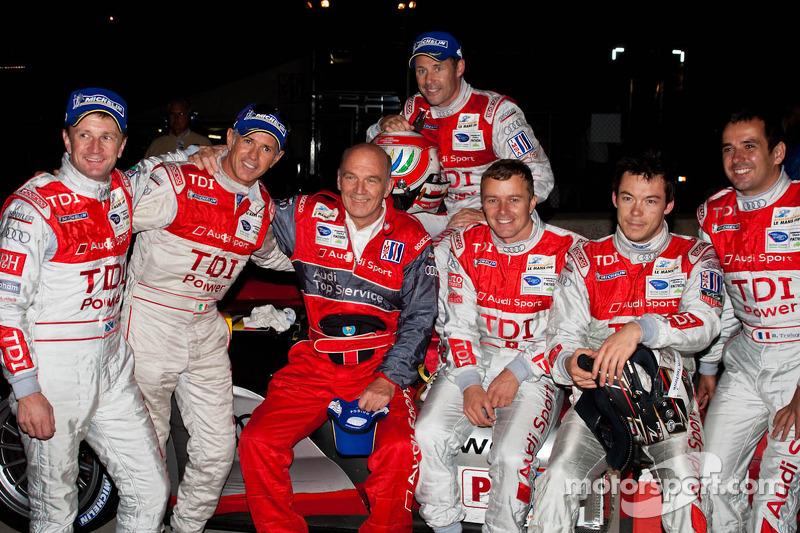 Rinaldo Capello, Tom Kristensen, Allan McNish, Marcel Faessler, Andre Lotterer en Benoit Treluyer met Dr. Wolfgang Ullrich