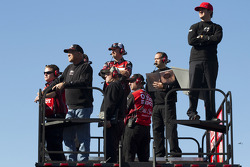 Tony Stewart's crew watches the final practice session