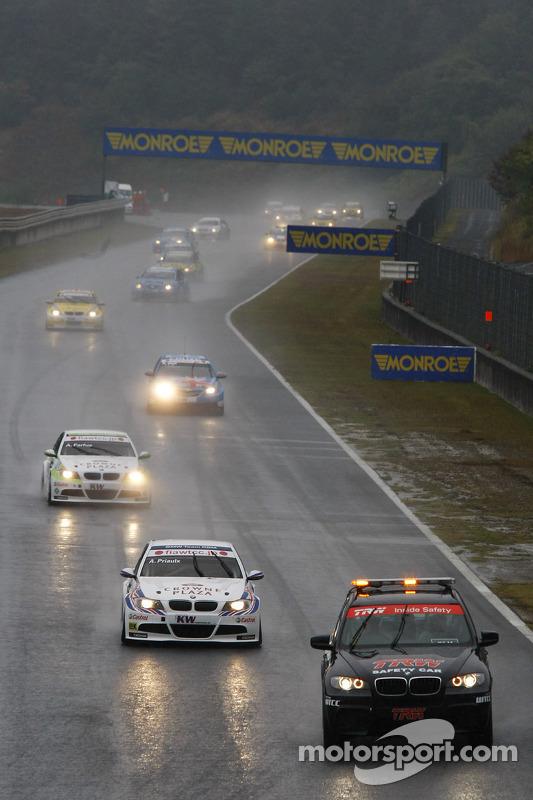 De safety car voor Andy Priaulx, BMW Team RBM BMW 320si en Augusto Farfus, BMW Team RBM BMW 320si