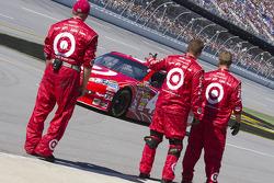 The Target crew waves to Juan Pablo Montoya, Earnhardt Ganassi Racing Chevrolet