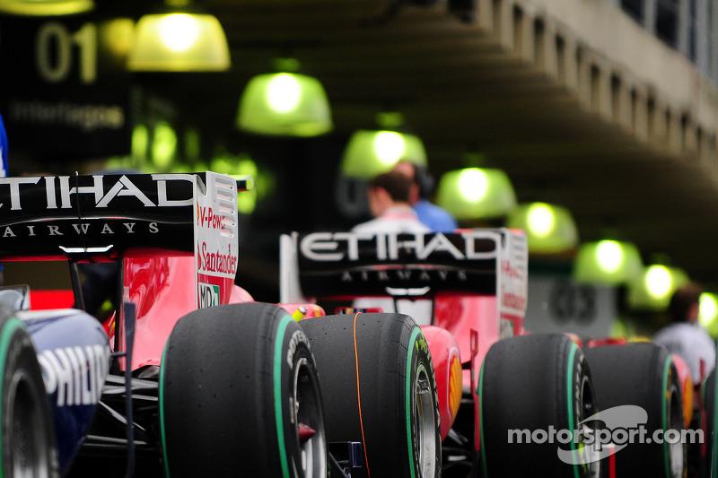 Auto's in de pitstraat