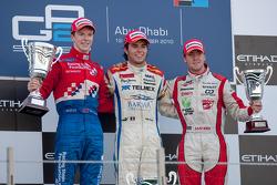 Sergio Pérez celebra su victoria en el podio con Oliver Turvey y Sam Bird