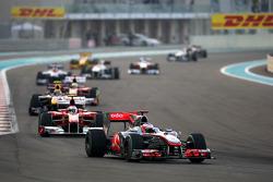 Jenson Button, McLaren Mercedes, leidt voor Fernando Alonso, Scuderia Ferrari