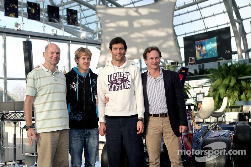 Chief technical officer Adrian Newey, Sebastian Vettel, Mark Webber en team principal Christian Horner