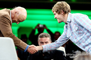 A historic moment: F1 legend Niki Lauda takes his cap off for Vettel