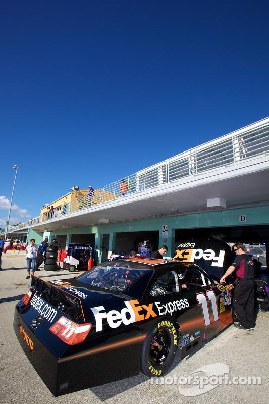 Joe Gibbs Racing Toyota teamleden prepareren de auto van Denny Hamlin