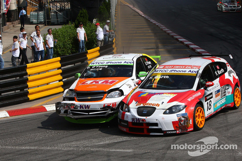 Crash tussen Darryl O'Young, bamboo-engineering Chevrolet Lacetti en Fredy Barth, SEAT Swiss Racing by SUNRED SEAT León 2.0 TDI