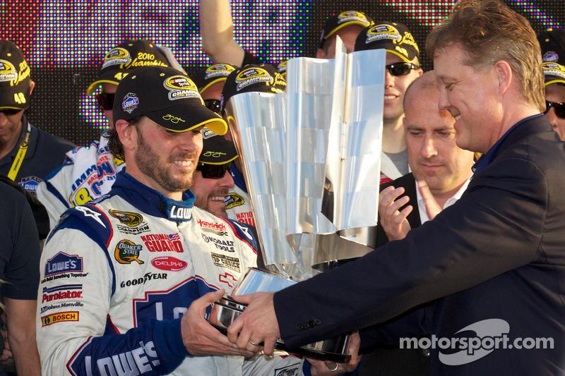 De 'victory lane': NASCAR Sprint Cup Series 2010 kampioen Jimmie Johnson, Hendrick Motorsports Chevrolet pakt de Sprint Cup voor de vijfde keer op rij