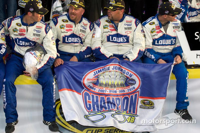 De 'victory lane': Hendrick Motorsports Chevrolet teamleden met een vlag