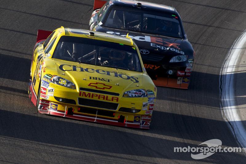 Clint Bowyer, Richard Childress Racing Chevrolet en Denny Hamlin, Joe Gibbs Racing Toyota