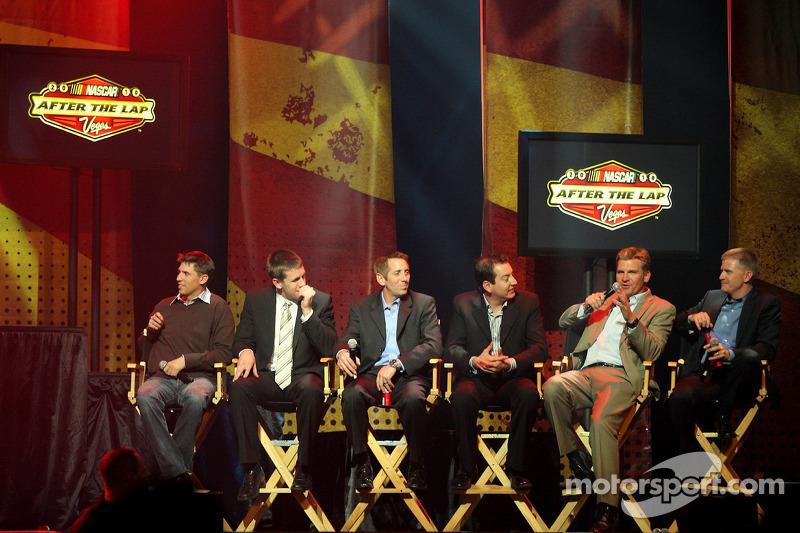 Clint Bowyer spreekt tijdens de 2010 NASCAR After The Lap show bij The Joint in de Hard Rock Hotel &