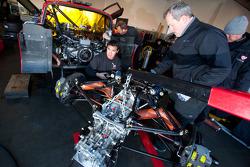 membres de l'équipe Flying Lizard Motorsports au travail