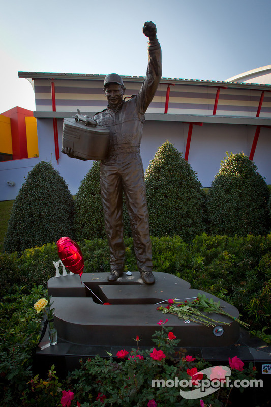 Dale-Earnhardt-Statue in Daytona