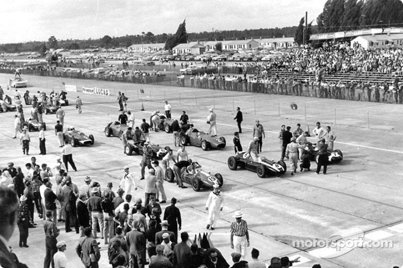 Jack Brabham (n°8) monte dans sa Cooper-Climax sur la première ligne de la grille