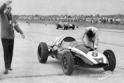 Jack Brabham schiebt seinen Cooper-Climax zum Formel-1-WM-Titel 1959